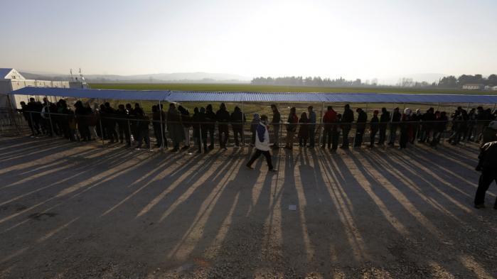 Folk står i kø for at få udleveret mad i flygtningelejren ved Idomeni i det nordlige Grækenland tæt på den græsk-makedonske grænse. Krav om lukningen af grænsen har skabt frygt for, at hundredetusinder vil strande i det allerede økonomisk vingeskudte Grækenland.