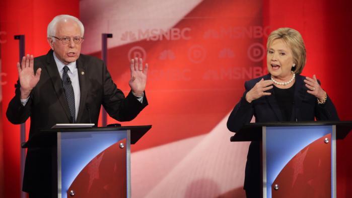 Hillary Clinton taber terræn. Hun og Bernie Sanders (t.v.) endte i et verbalt slagsmål under en tv-debat i lørdags, hvor Clinton syntes at være tæt på at tabe fatningen. Det skete, da Sanders bemærkede, at hendes politiske støttekomité på tre måneder har rejst 15 mio. dollar fra donorer i det upopulære Wall Street. David Goldmand/Polfoto