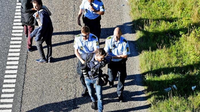 Her bliver fotograf Martin Lehmann ført bort efter at være blevet anholdt for ikke at følge politiets anvisninger om at forlade E45-motorvejen, hvor flygtninge og migranter gik i september sidste år.   Arkiv