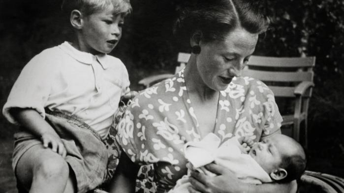 Anne Lunn var gift med landsretssagfører Ulrik Lunn og de fik de to børn, Villars og Michala, som her ses på et billede sammen med deres mor i 1951. I den sag, som netop er afgjort i Østre Landsret, er de to parter, Villars enke og deres døtre på den ene side, og Michalas søn og Christian Harlang på den anden side.
