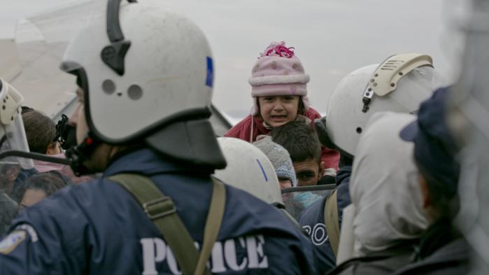 Læren af de seneste 25 år er, at uanset hvor stærk vi gør Fort Europa, vil end ikke hegn og krigsskibe afskrække migranter fra at søge hertil, mener dagens kronikør. På billedet ses græsk politi, der forsøger at opretholde orden ved grænsen til Makedonien, mens tusinder af asylansøgere forsøger at krydse grænsen.