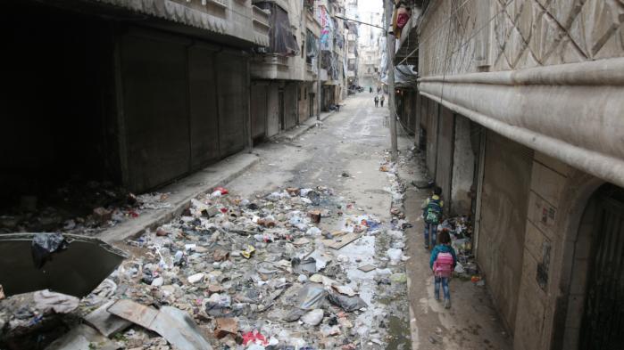 Børn går ned ad en gade i Aleppo den 11. februar. Siden regimets tropper er rykket tættere på byen, i takt med at russiske kampfly har intensiveret bombningen af oprørskontrollerede områder, er titusinder flygtet mod Tyrkiet.
