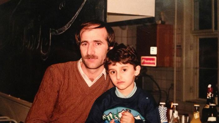 Aydin Soeis boger skrevet direkte henvendt til hans egen søn, der i dag er knap fire år gammel, for at tilbyde en forklaring. Men bogen er også en slags terapi, et forsøg på at forsone sig med fortiden og bryde Aydin Soies farsforbandelse. Om dette foto, fortæller Aydin Soei:»Jeg tror, billedet er taget i et beboerlokale i Bymuren til det iranske nytår, som fejres i marts. Jeg sidder på skødet af min far med en Jolly Cola, og der er øl på bordet. Derfor tror jeg, det var til nytår.«