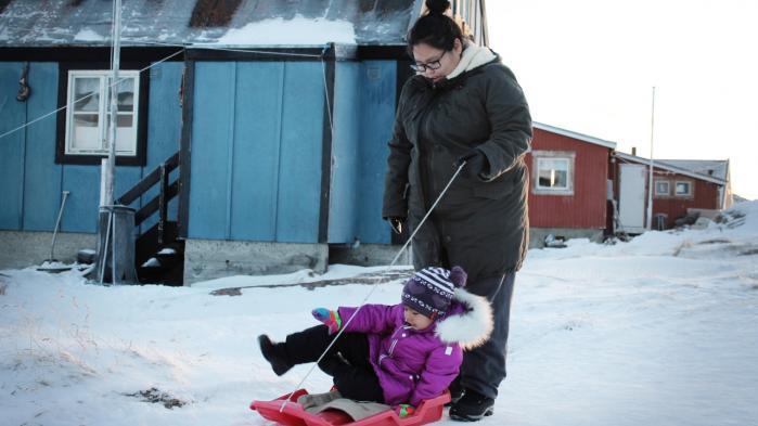 Nuka-Dorthe Wæver kælker datteren Aviaja hjem fra børnehaven. Første gang Information mødte hende, ville hun gerne være lærer. Det vil hun stadig, men det er ikke sikkert, hendes studentereksamen er god nok.