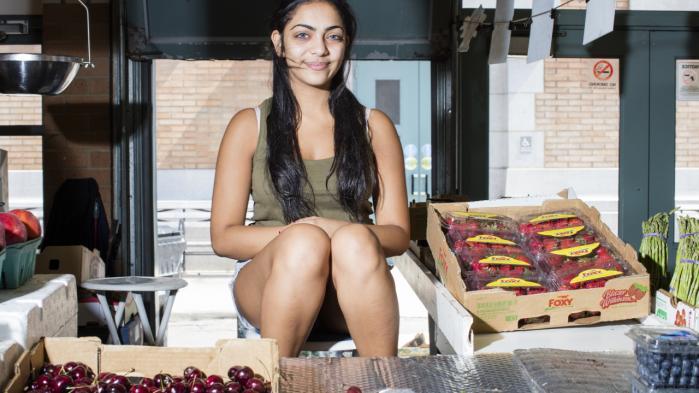 Kerestina Khalil på 20er indvandrer fra Egypten og kom til USA som treårig. Hun studerermedicin og arbejder deltid på frugtmarkedet i Cleveland i Ohio.