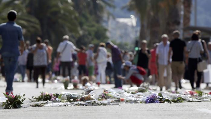 Det vil vare længe, før vi kan forestille os en verden, der er langt mere retfærdig end den, vi har i dag. Derfor er det vigtigt, at hver og en af os bliver opmuntret til at lære at udvikle vores eget individuelle menneskelige kompas, så vi ikke ender med blindt at følge andre, mener skribenten. I sidste uge dræbte tuneseren Mohamed Lahouaiej Bouhlel 84 mennesker i Nice i Sydfrankrig. Han havde efter sigende først på det seneste udvist interesse for radikale jihadistiske bevægelser.