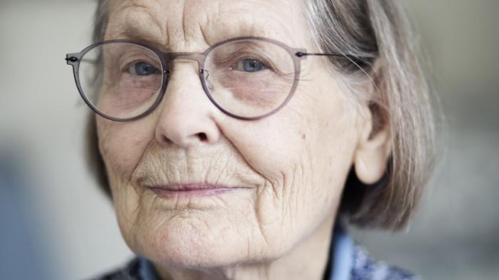 Birgitte Bentzon, 93 år, bor i Holte og kommenterer i Højsæson ugens begivenheder. Hun er cand.phil. i historie, har været gift i 72 år og er hjemmegående. Spiller klaver og holder avis.
