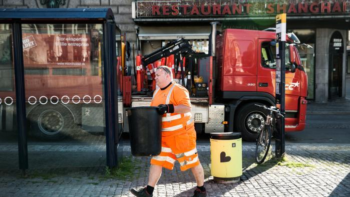 Rasmus Bredde tømmer skralde-spande i det indre København fra klokken seks om morgenen.