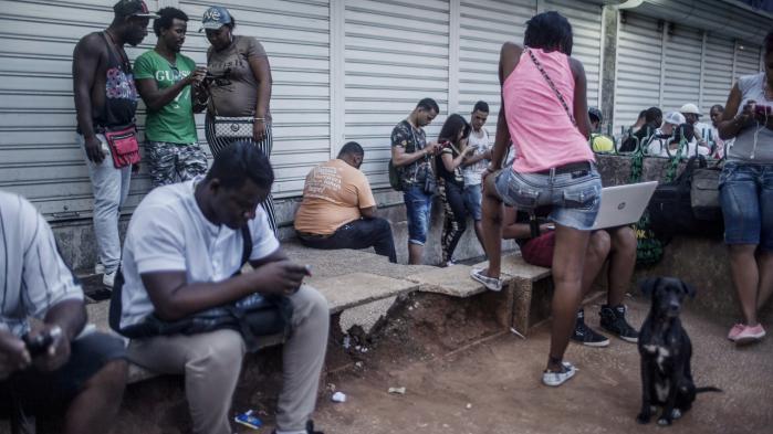 Cuba påstår at være åben for business, men ... for at komme på trådløst internet skal man stå bestemte (formodentlig regerings- overvågede) steder og have login og kodeord, som kun kan købes på de gode hoteller eller på det sorte marked.