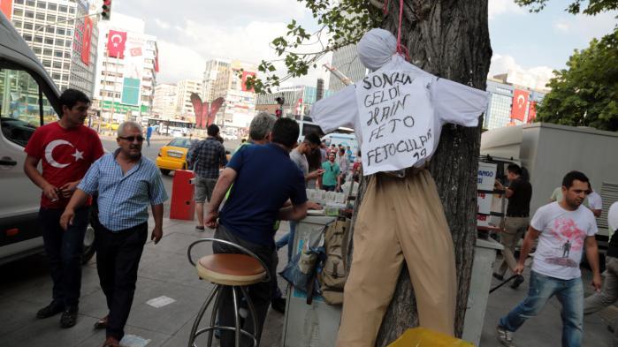 En dukke med påskriften 'Forræder', der skal forestille  prædikanten Fethullah Gülen, er hængt op i et træ i Ankara.