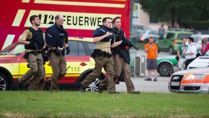 Tysk politi i aktion ved Olympia-shoppingcentret i München i aftes.