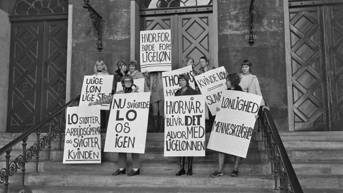 Venstrefløjen og kvindebevægelsen har i deres kamp for ligeløn og bedre arbejdsforhold været med til at 'neutralisere arbejdet', mener feministen Kathi Weeks. På billedet agiterer rødstrømper for ligeløn foran byretten i København i 1970.