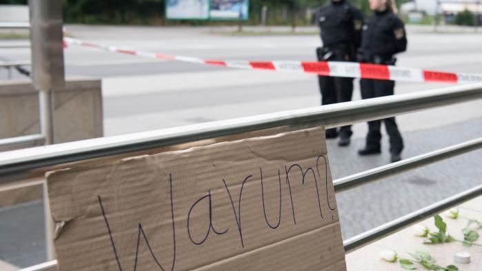 De tyske medier kørte i tomgang, og de sociale medier gav mulighed for megen misformation kritiserer tysk professor i sikkerhedspolitik efter amokløbet i München, der blev gennemført af en psykisk ustabil ung mand, der var i medicinsk behandling for en depression.