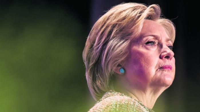Hillary Clintons popularitet er faldet brat i løbet af valgkampen og er næsten lige så lav som Donald Trumps. To tredjedele af vælgerne anser demokraternes præsidentkandidat for at være uærlig. Årsagen skal findes i hendes mistro til pressen og uvilje mod at lægge kortene på bordet – en tilbøjelighed, der første gang manifesterede sig i hende og ægtefællen Bill Clintons tid i Arkansas i 1970'erne