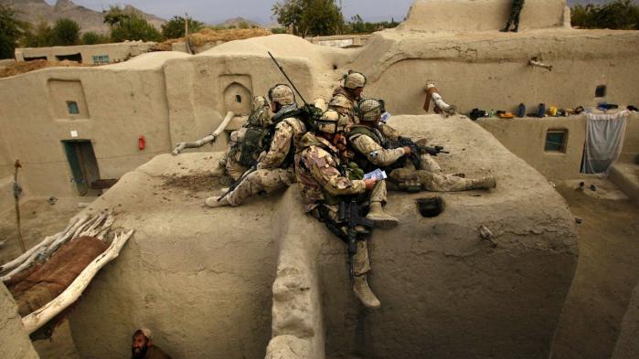 Canadiske tropper tager stilling på et hustag i Kandahar i Afghanistan under en jagt på talebankrigere. Både Irak og Afghanistan er eksempler på, at man ikke kan have retfærdighed uden orden, sådan som Vesten har forsøgt begge steder, skriver dagens kronikør.
