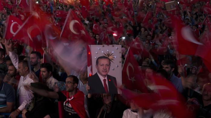 Hvad den aktuelle tumult i Tyrkiet ender med, er for tidligt at sige noget præcist om, f.eks. om Erdogan er kommet tættere på sin ambition om at legitimere sin de facto-ledelse af landet med en forfatningsændring. Men demokratiet i Tyrkiet har mere end trange kår for tiden.