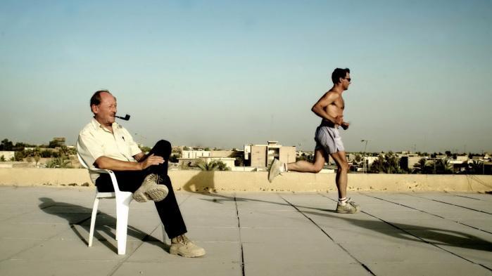 Den danske guvernør i Basra Ole Wøhlers Olsen besatte nogle af stillingerne i administrationen med repræsentanter fra dansk erhversliv. Her slapper guvernøren af på toppen af administrationsbygningen, mens de ansatte træner.