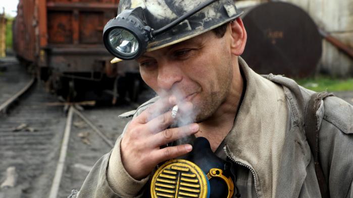 22 af sine 41 år har Andrej Kopejka allerede arbejdet i Kirov-minen uden for Donetsk. Kulminerne i Donbass er berygtet for deres hyppige dødsulykker, og kampene mellem prorussiske separatister og ukrainske regeringsstyrker skaber et ekstra faremoment.