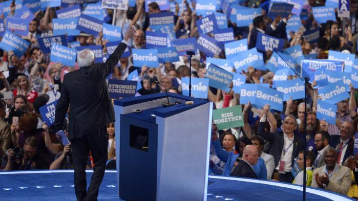 Et hav af Bernie Sanders-delegerede til Demokraternes  partikongres, der startede mandag i Philadelphia.