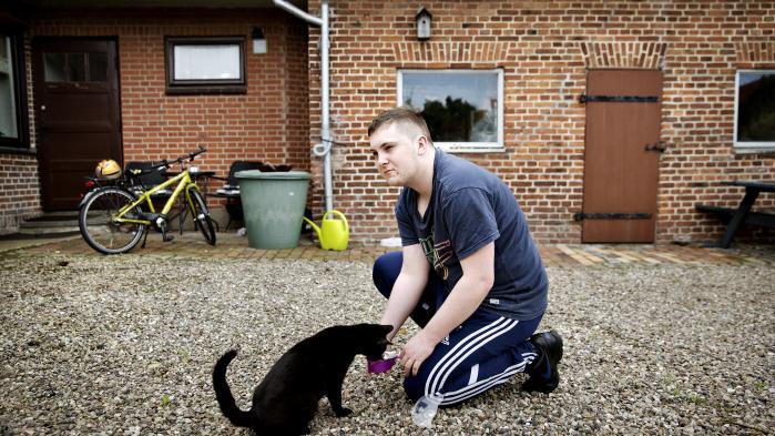 19-årige Marc Weng-Ludvigsen og hans familie har boet i Sønderjylland i hundredvis af år. Han er dansk statsborger og lider af skizofreni. Men fordi han i en periode har boet i Tyskland, skal han på regeringens nye integrationsydelse ligesom 2.600 andre danske statsborgere