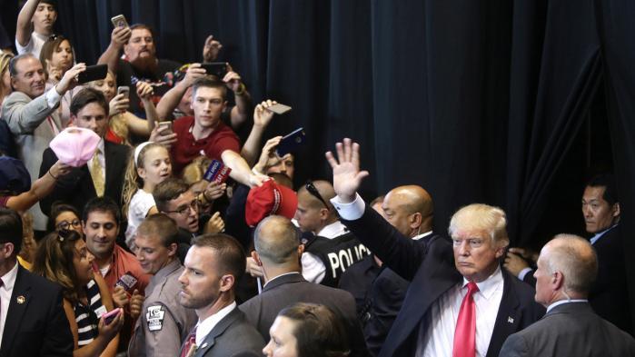 Trump vinker til den store og begejstrede vælgerskare, der mødte op for at høre ham tale i Scranton.