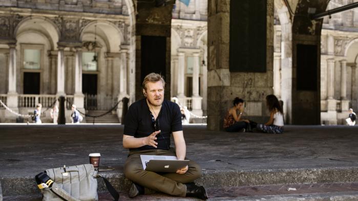 Der er mange ting at holde styr på, når man som Kasper Holten både er Operachef på Royal Opera House og dagligt får omkring 175 mails, er næstformand for en sammenslutning af europæiske operahuse og instruerer opera på La Scala i Milano.