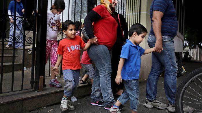 'I Sverige banker sygeplejersken nærmest hver uge på min 80-årige fars dør for at tjekke op på hans helbred. Her har jeg børn, men ingen tager sig af os,' siger syriske Muna Darweesh, som sammen med sin mand og deres fire børn har fået visa i Brasilien.