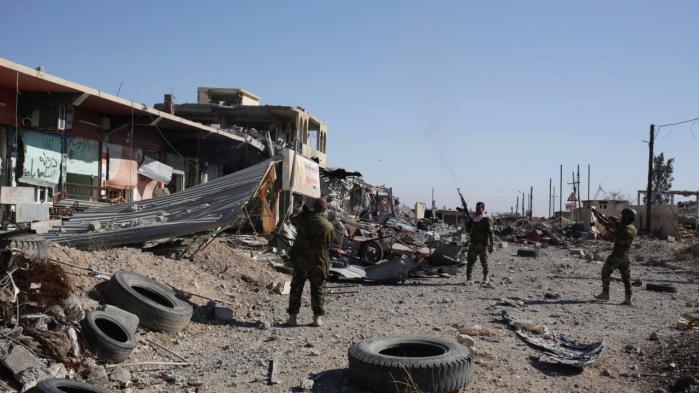 Kurdisk irakiske peshmergasoldater skyde op i luften, efter at de har indtaget byen Sinjar og drevet IS på flugt fra området i det nordlige Irak.