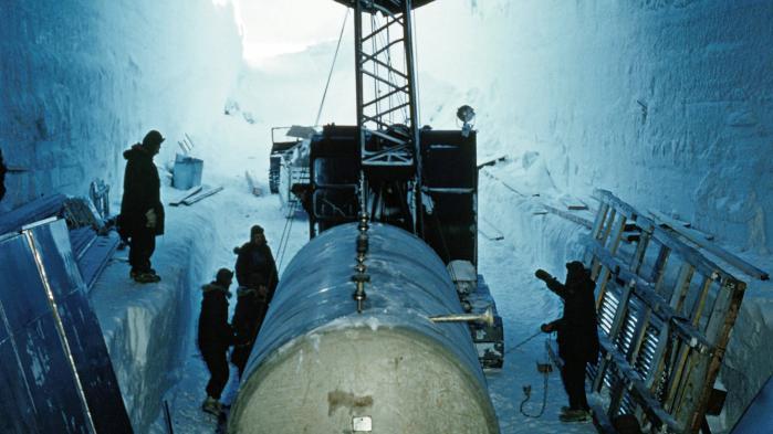 I en amerikansk propagandafilm fra 1963 betegnes Camp Century som 'et symbol på menneskehedens uophørlige kamp for at besejre sit miljø'. Men i 1967 blev planerne om at bruge basen til placering af 600 ballistiske missiler droppet og basen rømmet. Foto: W. Robert Moore/National Geographic/Getty Images