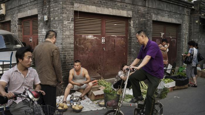 Beijings myndigheder vil lukke de største lokale markeder for at forhindre tilstrømningen til byen, der er vokset med over syv mio. indbyggere i perioden 2000-2012. Tiltaget gør fremtiden usikker for byens småhandlende, hvoraf mange har haft boder og butikker i over 10 år.