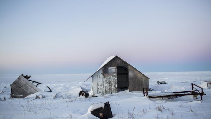 Indbyggerne i Shishmaref, et inuit-ø-samfund cirka otte km fra Alaskas kyst, har netop besluttet sig for at flytte fra øen og blive placeret et sted på fastlandet. Trods forsøg på at inddæmme byen, eroderer kysten, og byen risikerer snart at blive opslugt af havet. Beboerne afviste at blive flyttet i 2002, men ser nu ingen anden udvej. Catherine Neyoktok på 62 og hendes datter Allison, 26, står og ryger uden for deres hjem.