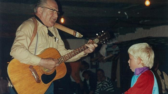 Familien Blom Christensen har været gårdsangere i tre generationer. Farfar Adolf nød friheden ved det omrejsende liv i første halvdel af 1900-tallet. Far Herman endte som en af velfærdsstatens utilpassede i et socialt boligbyggeri i 1980'erne. Sønnen Sonni passer sit skånejob i et samfund, der ikke længere har plads til skæve eksistenser. Velfærdsstigningen har kostet dyrt på frihedskontoen