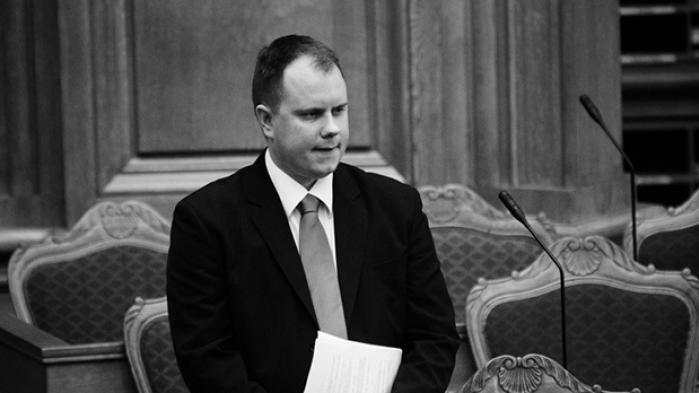 Trods massiv kritik af forholdene for asylansøgere og flygtninge på Nauru vil Martin Henriksen ikke på forhånd tage afstand fra konsekvenserne af 'den australske model', som han glæder sig til at se med egne øjne. Han forsvarer hemmeligholdelsen omkring Udlændingenævnets kommende tur til Nauru med hensynet til flygtninge