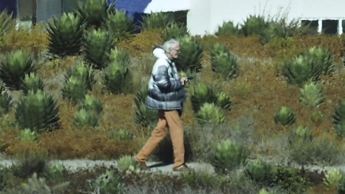 At det lykkedes tre DR3-journalister at opspore Tvind-grundlæggeren Amdi Petersen var for stort et scoop til, at TV Avisen kunne holde på nyheden helt frem til sidste afsnit i programserien om den Interpol-eftersøgte dansker.