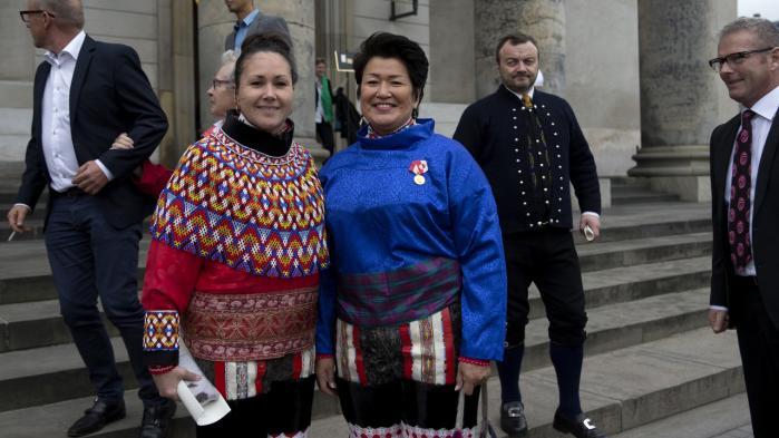Grønlands tidligere landsstyreformand Aleqa Hammond (th.), som her poserer til Folketingets åbning sidste år sammen med Aaja Chemnitz Larsen, er sendt til tælling efter en ny afsløring af  ureglementeret brug af offentlige midler.