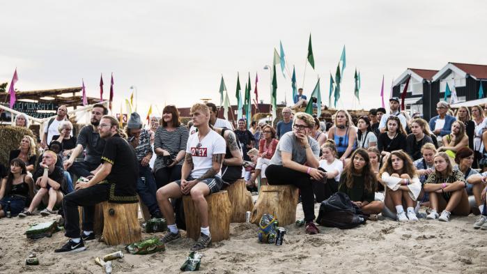 Kulturfjorden nede ved Limfjorden er blevet et trækplaster for de unge under Kulturmødet. Og for politikere og kulturforvaltere, der her kan møde kulturens unge – og strikke lidt hos Strikke-Rikke.