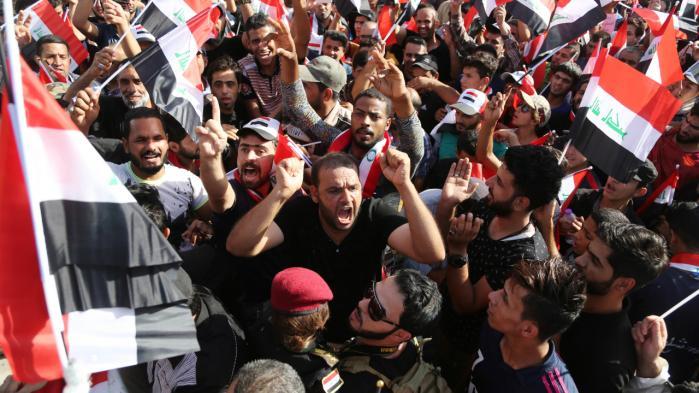 I midten af juli samledes en folkemængde på Tahrirpladsen i Bagdad og viftede med det irakiske flag, mens de demonstrerede for reformer og mod korruption i regeringen. Ifølge en af Iraks mest anerkendte analytikere er der bred utilfredshed med regeringen blandt irakerne. Karim Kadim/AP Photo