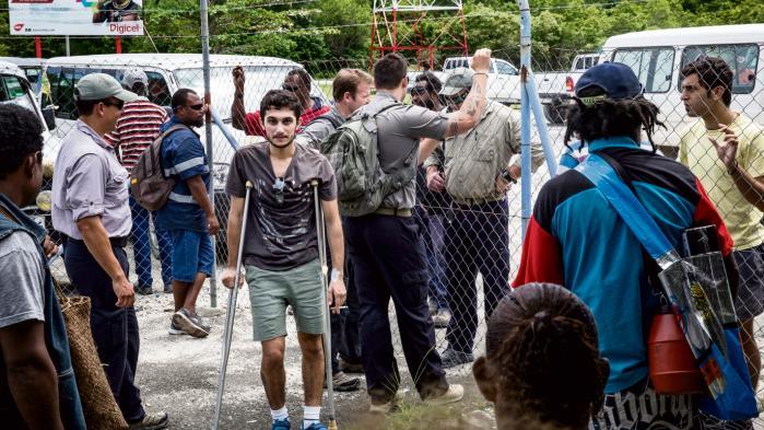 En såret iranske asylsøger på øen Manus, hvor Australien gennem flere år har placeret flygtninge på vej til landet. Nu lukker lejren på øen nord for Papua Ny Guinea.