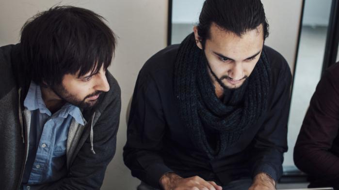 Den 23-årige Munzer Khattab, (th.) fra Syrien har vundet en pris for en it-idé, der skal gøre det nemmere for flygtninge at blive registreret i Tyskland.