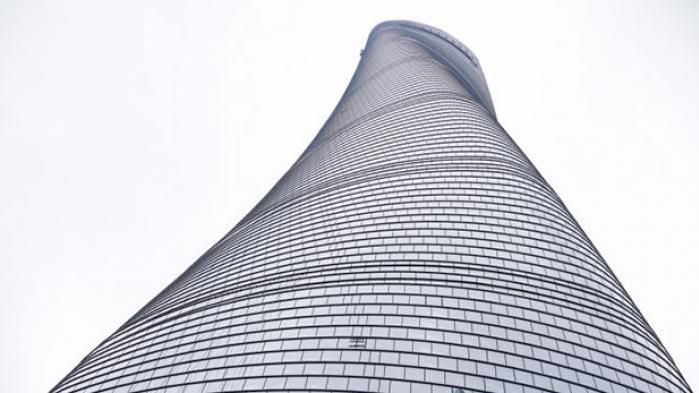 Verdens næsthøjeste skyskraber indvies i september i Shanghai og er den seneste af en række ambitiøse og innovative byggeprojekter, der stræber mod bæredygtighed gennem højde, men hvor grønne er de nye skyskrabere, og er de reelt motiveret af miljøhensyn?
