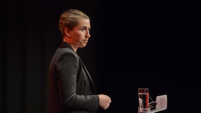 Flere af Folketingets partier bakker op om Mette Frederiksens bebudede opgør med new public management, men vil dog se de gode intentioner omsat til praksis. Her S-formanden på talerstolen ved Socialdemokraternes kongres.