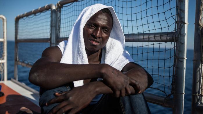 'Rejsen blev meget hårdere, end jeg havde forestillet mig, men jeg fortryder ikke. Hvis bare jeg kunne få en chance for at bo og arbejde og forsørge min familie,' siger Bubacarr Jallow, her fotograferet da han kom i land i Italien for godt et års tid siden