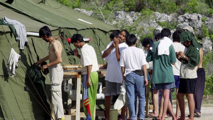 Det er endnu uklart, præcis hvornår den danske ambassade i Canberra, Australien, fik oplysning om, at østaten Naurus udenrigsministerium ikke ville give besøgsvisa til de tre folketingsmedlemmer Naser Khader (K), Jacob Mark (SF) og Johanne Schmidt-Nielsen (EL), så de kunne besøge en omstridt australsk flygtningelejr i østaten.