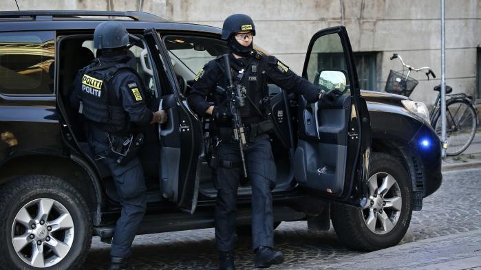 Retsmøde i terrorsagen i Københavns Byret. En af de anklagede ankommer under stærk politibevogtning.