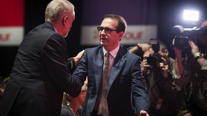 Det unge venstrefløjsikon Owen Jones (t.h.) hilser på Labour-formand Jeremy Corbyn til partiets kongres. I løbet af de tre dages møder og taler blev det tydeligt, at Labour er et splittet parti