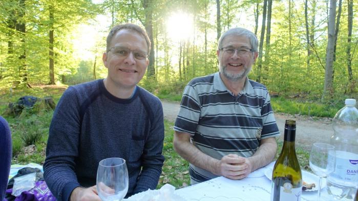 Peter Looms (t.h.) med en af sine svigersønner. Billedet er taget i maj i år, hvor Peter Looms og hans hustruhavde inviteret familien til picnic og grilli skoven.