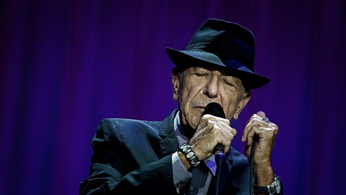'Stemmen, ja, stemmen er så efterhånden reduceret til en hæs hvisken, og stilen på pladen er tættere på det, tyskerne kalder gesprechsang, end sådan skønsang i klassisk forstand,' skriver Informations anmelder, Claus Lynggaard om Leonard Cohens seneste lp, 'You Want It Darker'.