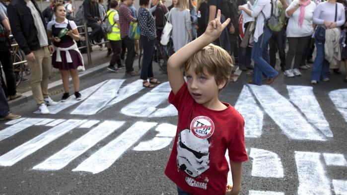 Bileder fra en tidligere demonstration mod EU's frihandelsaftaler i Bruxelles. Den belgiske region Vallonien er i færd med at forhindre en aftale med Canada.