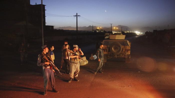 Når 19-årige Zabi Amiri bliver tvangshjemsendt til Kabul, træder han fra Helvedes forgård ind i Helvede, skriver Carsten Jensen. På billedet ses politifolk, der har afspærret en vej i den afghanske hovedstad efter en kraftig eksplosion.