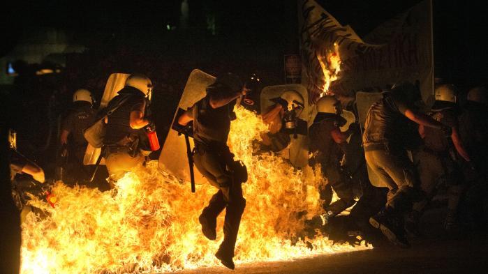Protester mod nedskæringspolitik førte i sommeren 2015 til voldelige sammenstød mellem demonstranter og politi i Athen. En fællestræk ved de såkaldte populister er, at de hævder at repolitisere emner, der er blevet afpolitiseret – for den græske venstrefløjsbevægelsen SYRIZA er det f.eks. 'nødvendighedens' økonomiske politik, mens det for højrepopulister ofte handler om forholdet til indvandring.